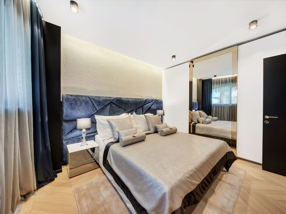Hotel Posh, Split Image 15