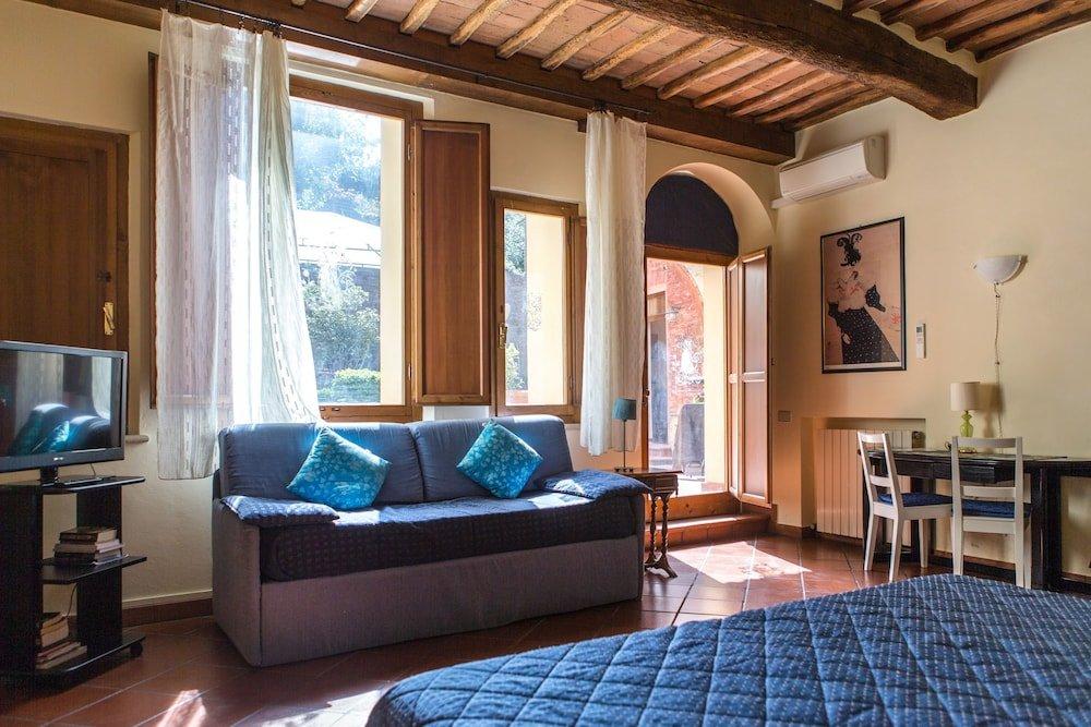 Regis Condo, Siena Image 0