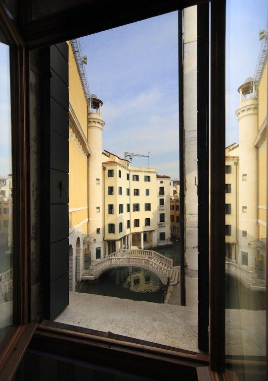 Ad Place, Venice Image 9